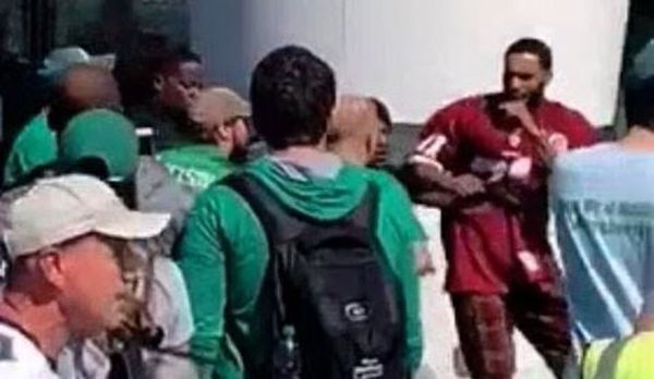 76ers' Mike Scott Showed Up To Eagles Game In Redskins Jersey & Fights Many Fans